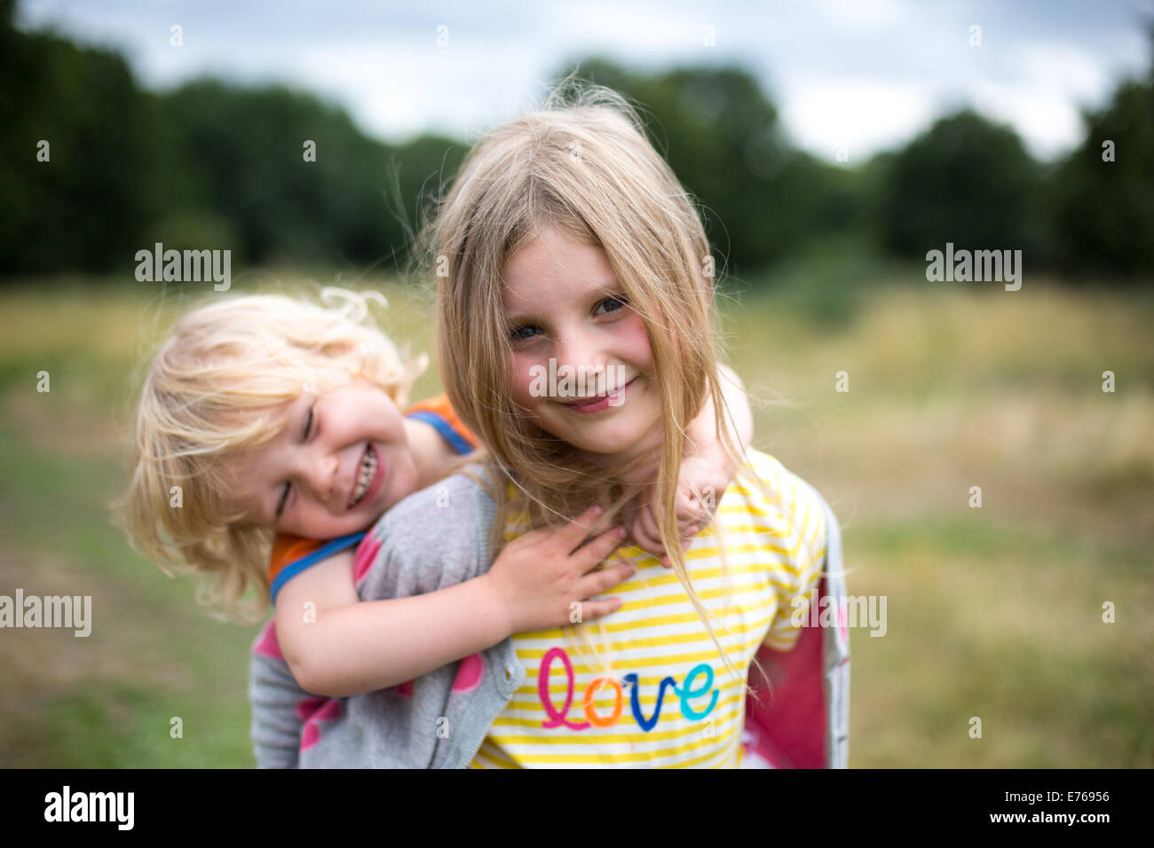 Frères et sœurs à l'extérieur Photo Stock