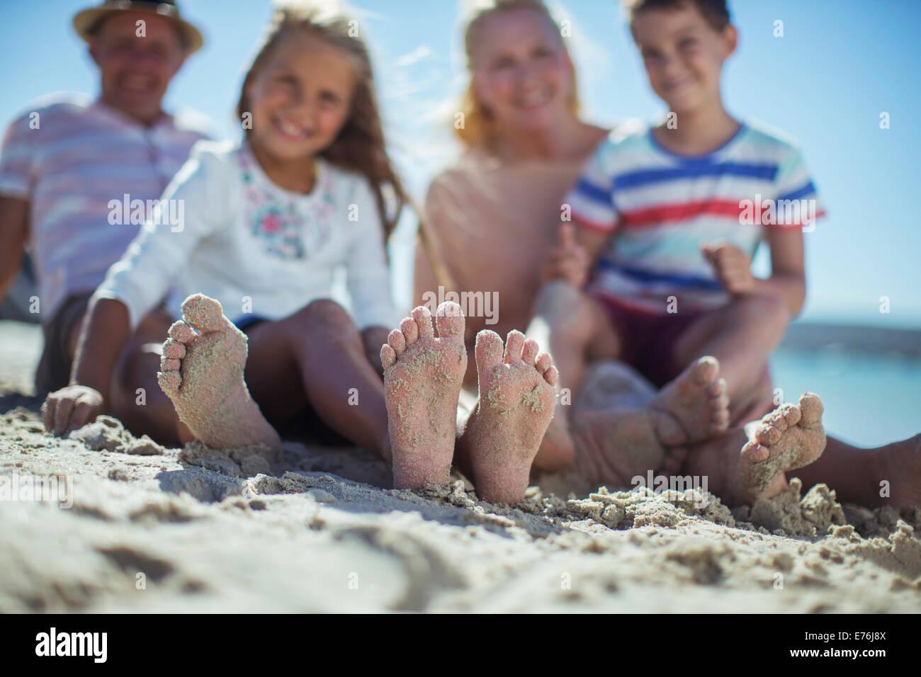Family avec les pieds dans le sable Photo Stock