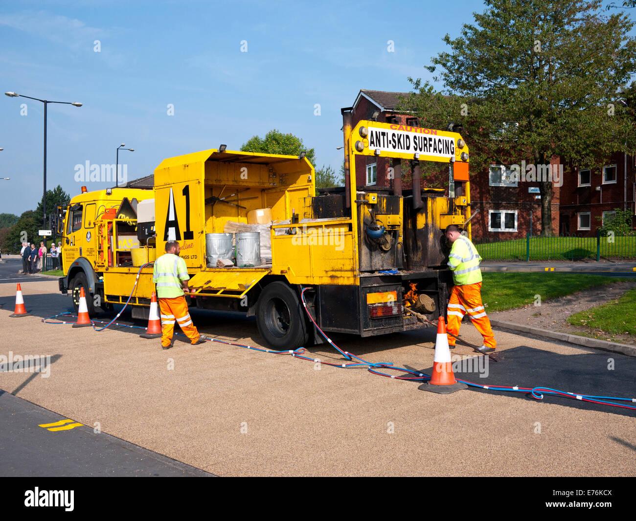 Des travaux de nivellement Anti-Skid en cours, Oldham, Lancashire, Royaume-Uni. Photo Stock