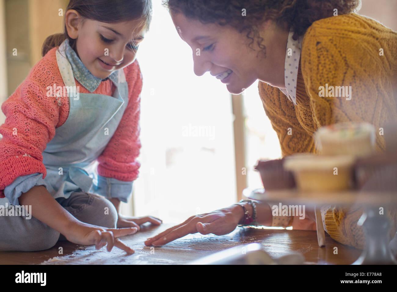 Mère et fille jouer, ensemble la farine Banque D'Images