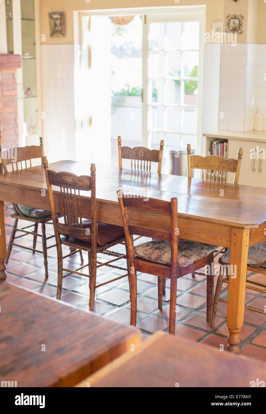 Table à manger dans la cuisine des ménages Photo Stock