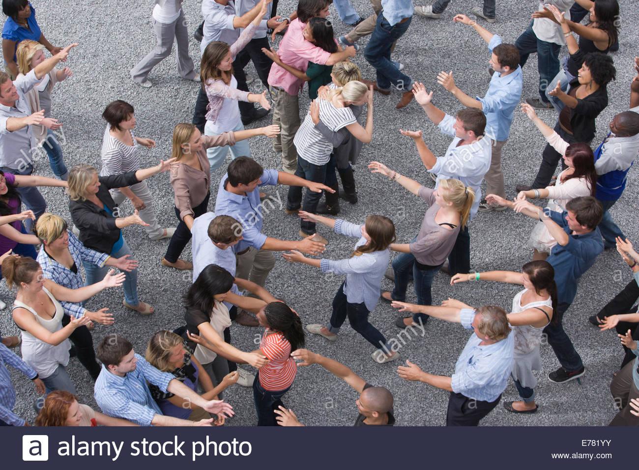 Les gens d'armes s'étendant à l'autre dans la foule Photo Stock