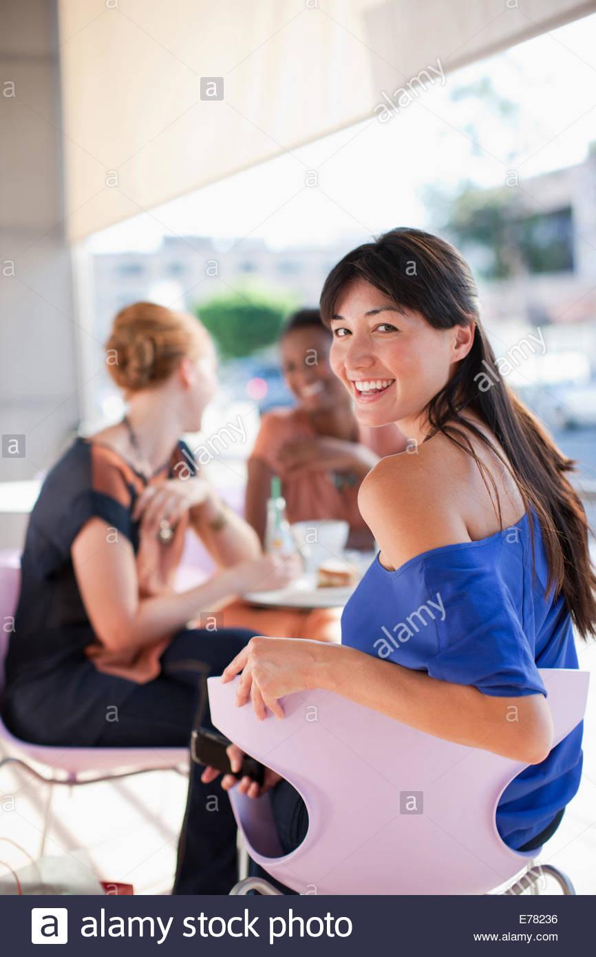 Les femmes ayant le déjeuner ensemble au café Photo Stock