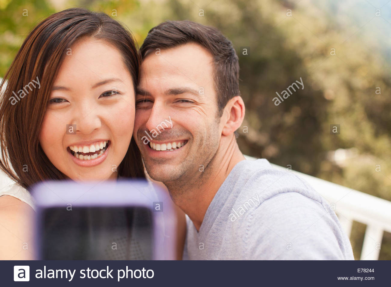 Couple taking photo d'eux-mêmes Photo Stock