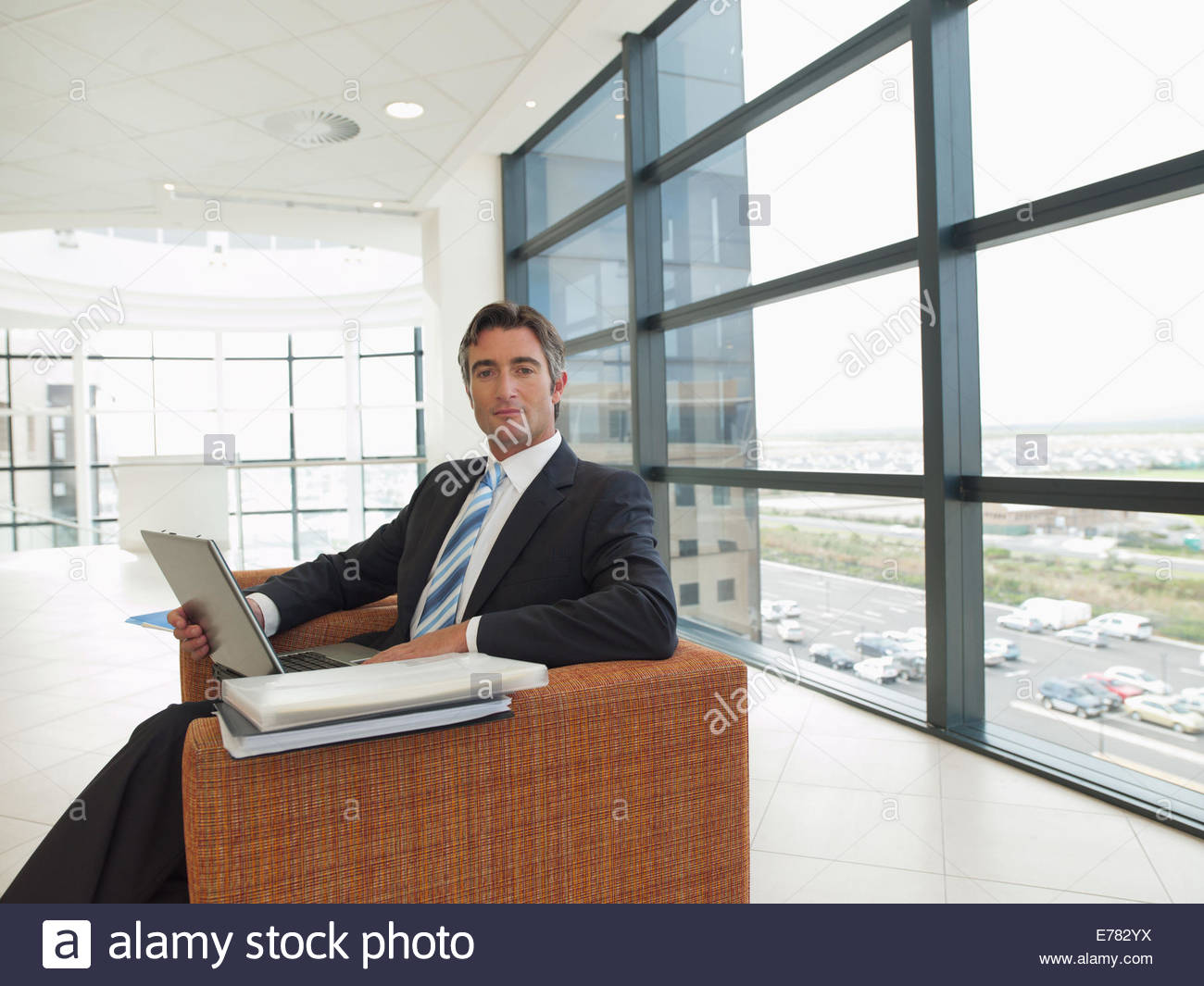 Businessman working in office zone d'attente Photo Stock