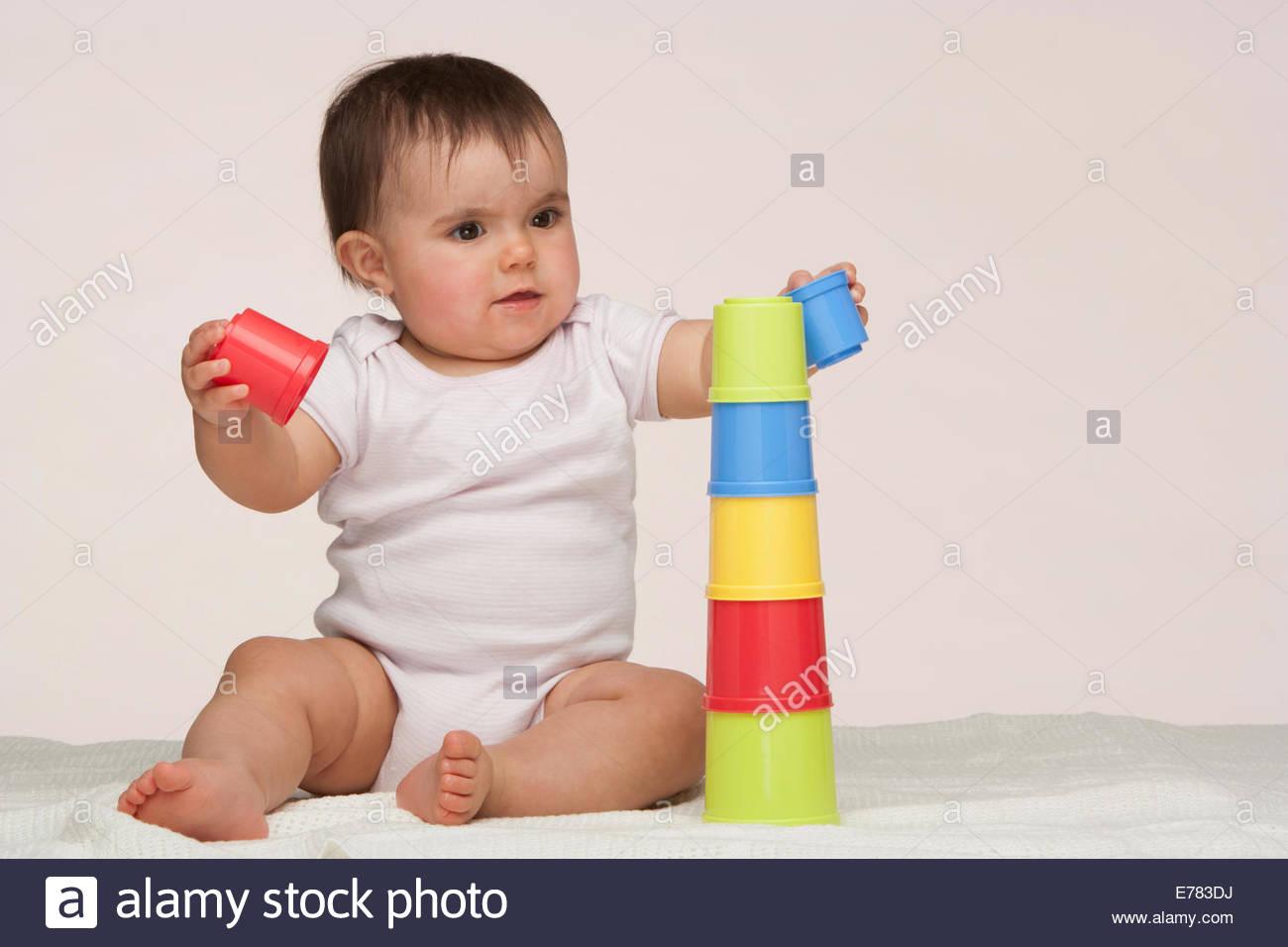 Un bébé jouant avec les jouets de construction Photo Stock