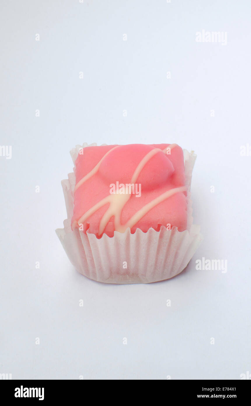 Le fondant rose plaqués sur fond blanc Photo Stock