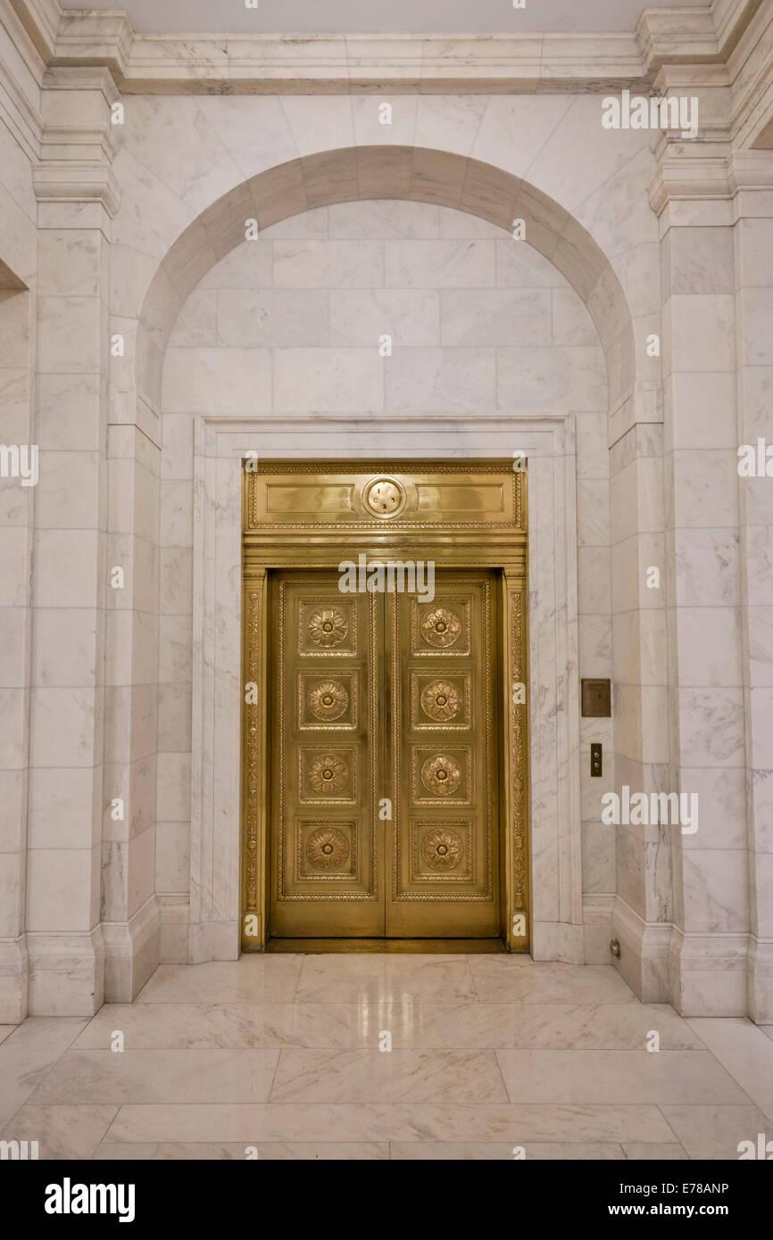 Laiton Vintage des portes d'ascenseur à l'édifice de la Cour suprême - Washington, DC USA Photo Stock