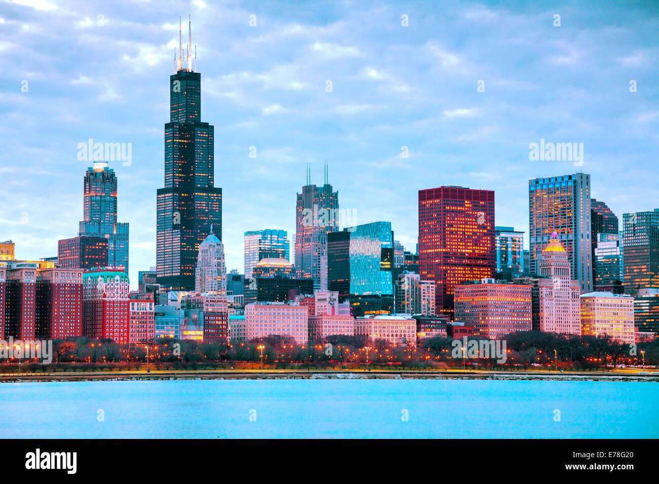 Le centre-ville de Chicago cityscape at sunset Photo Stock