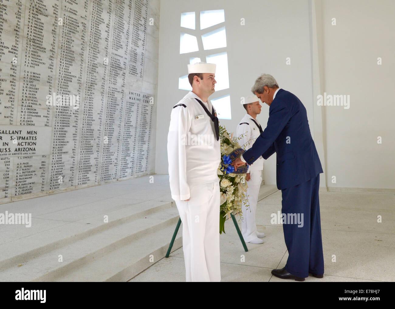 Le secrétaire d'État John Kerry, droite, visites, l'USS Arizona Memorial à Pearl Harbor, Photo Stock