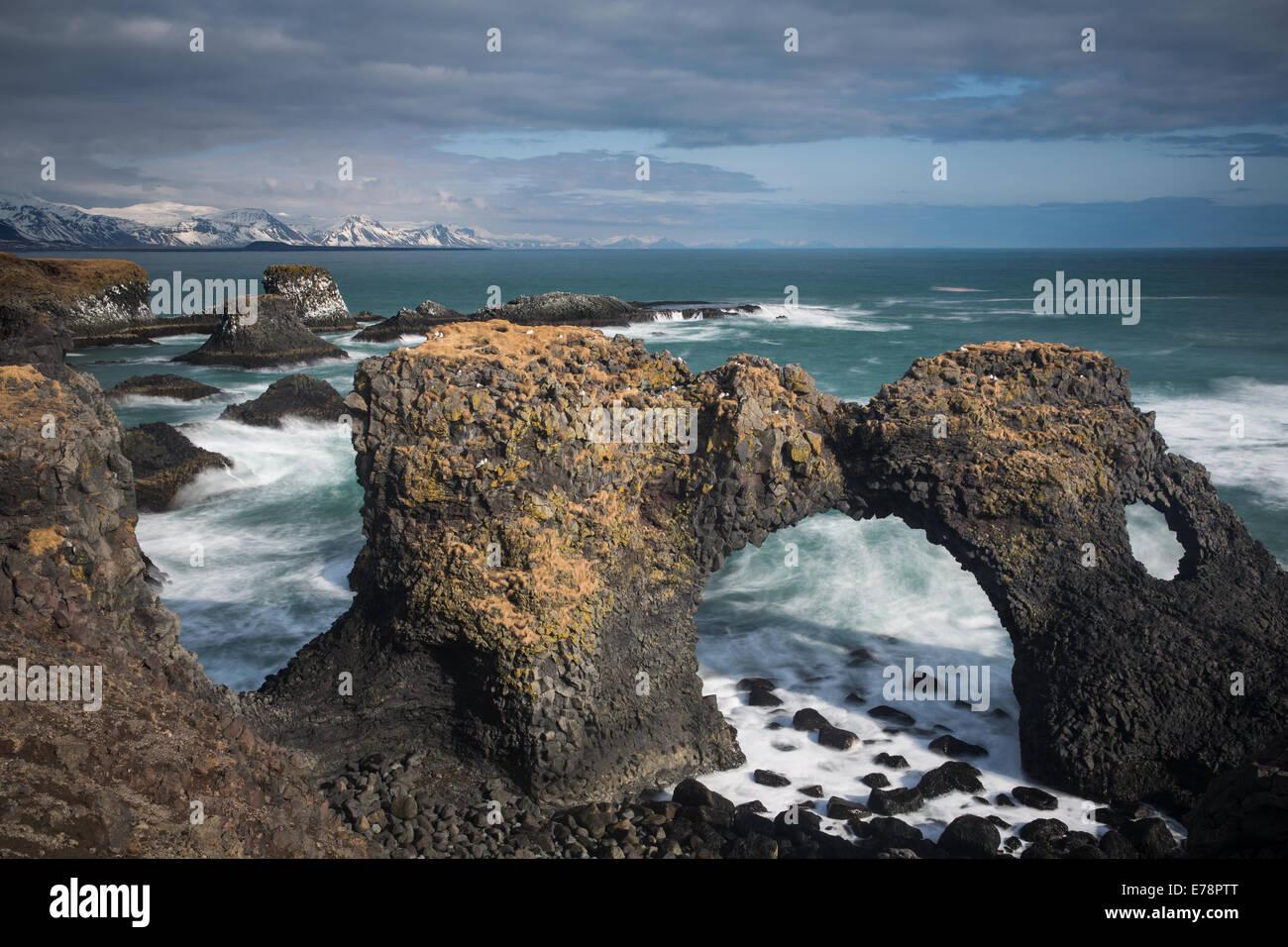 L'arch rock de Gatklettur sur la côte nr Arnastapi, Péninsule de Snæfellsnes, l'ouest de Photo Stock