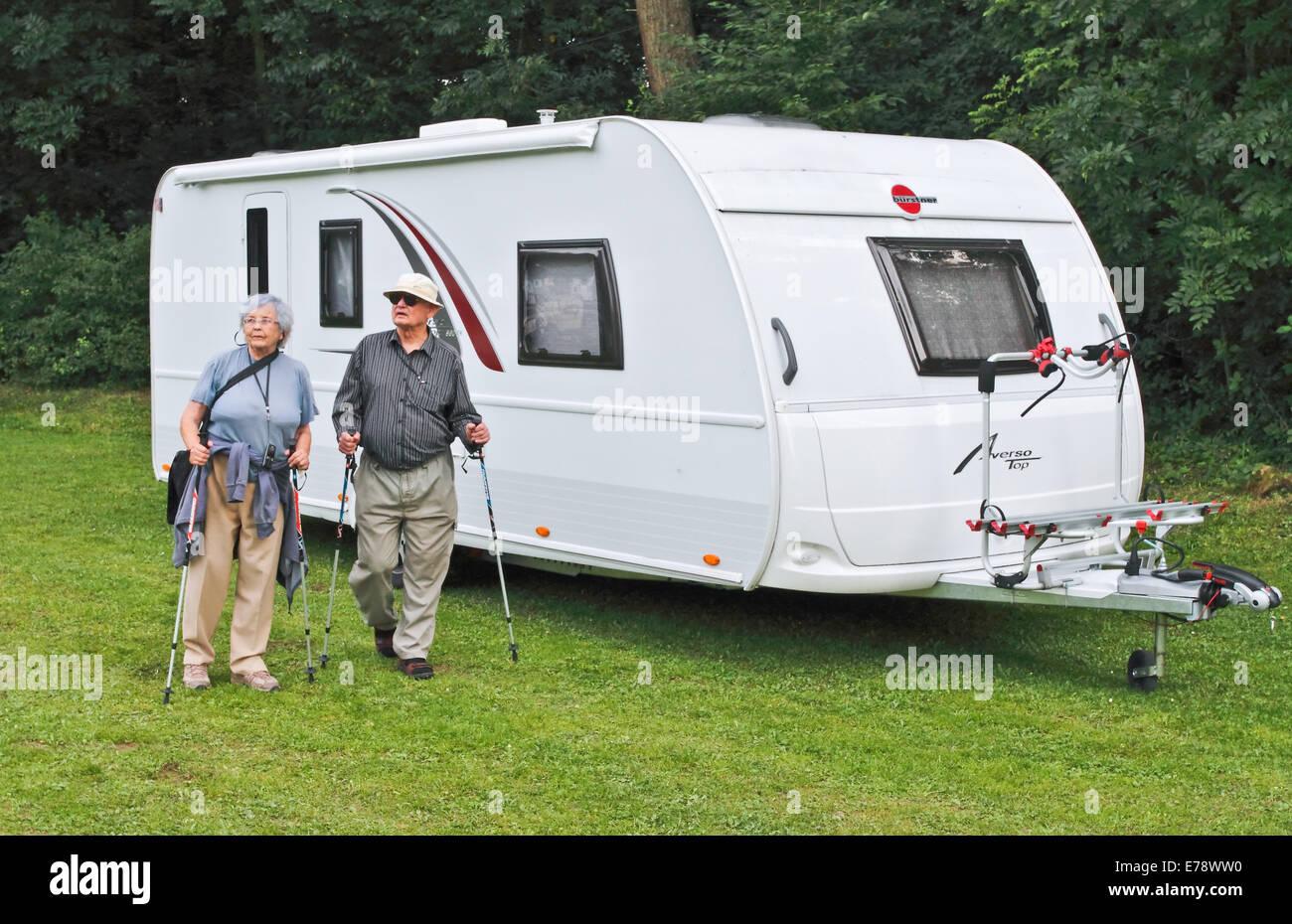 Couple et sa caravane Banque D'Images