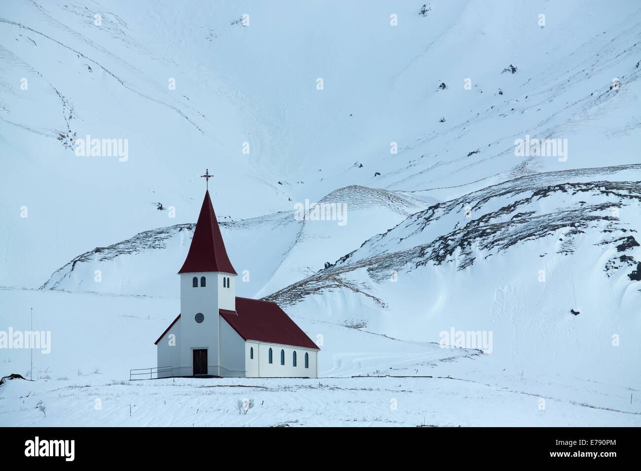 L'église au-dessus du village de Vík í Mýrdal, le sud de l'Islande Photo Stock