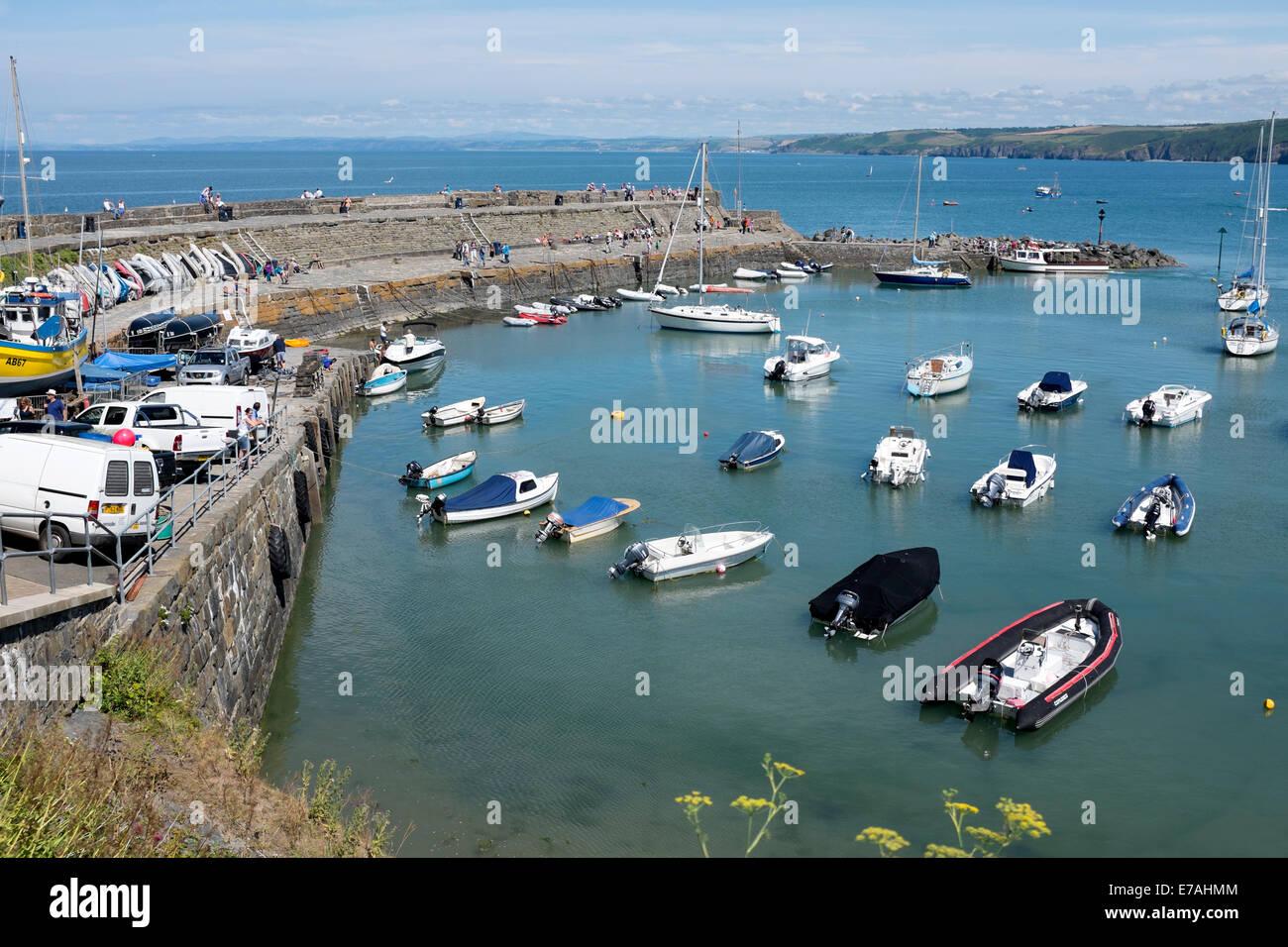 Bateaux amarrés dans l'eau d'un bleu profond Sunny New Quay Galles Photo Stock