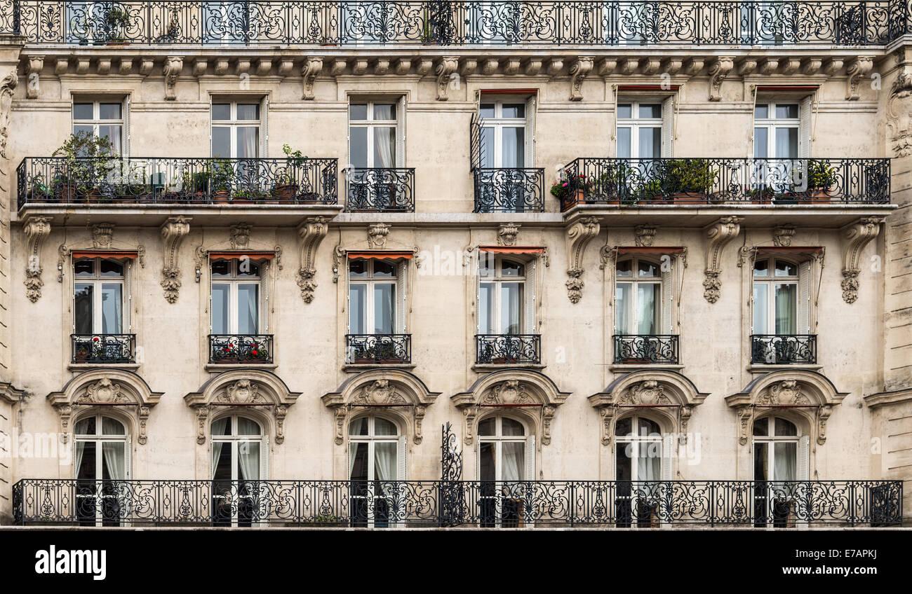 Plus De Détails Sur Un Immeuble Haussmannien Y Compris Le Et Balcons