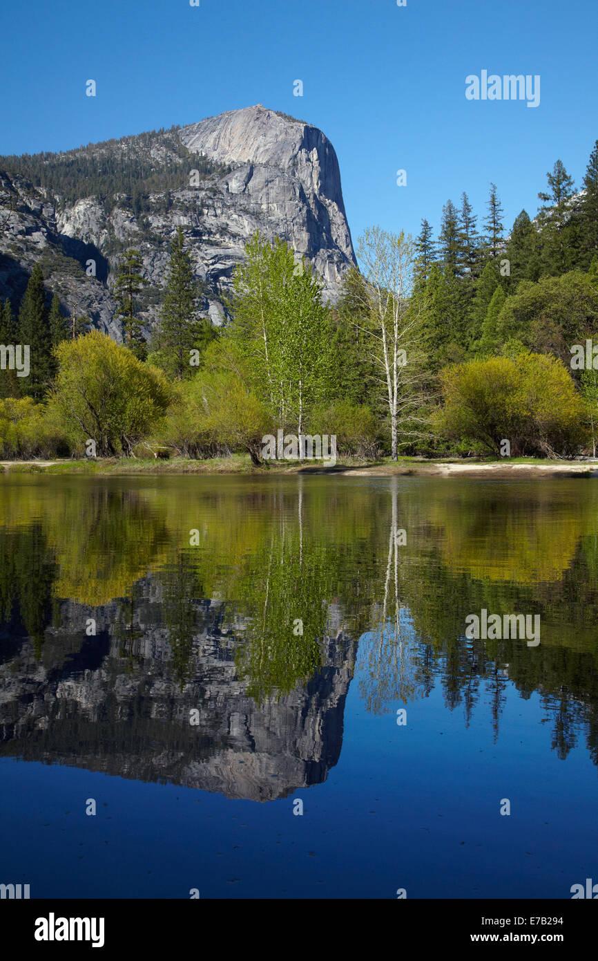 Mt Watkins reflété dans le lac Mirror, Yosemite National Park, California, USA Photo Stock