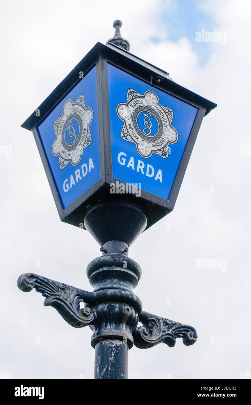En dehors d'une lampe bleu Garda Siochana (police irlandaise) station Photo Stock
