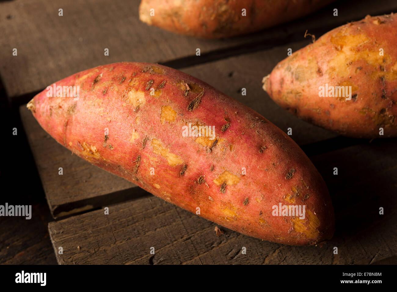 Les matières organiques des patates douces sur un arrière-plan Photo Stock