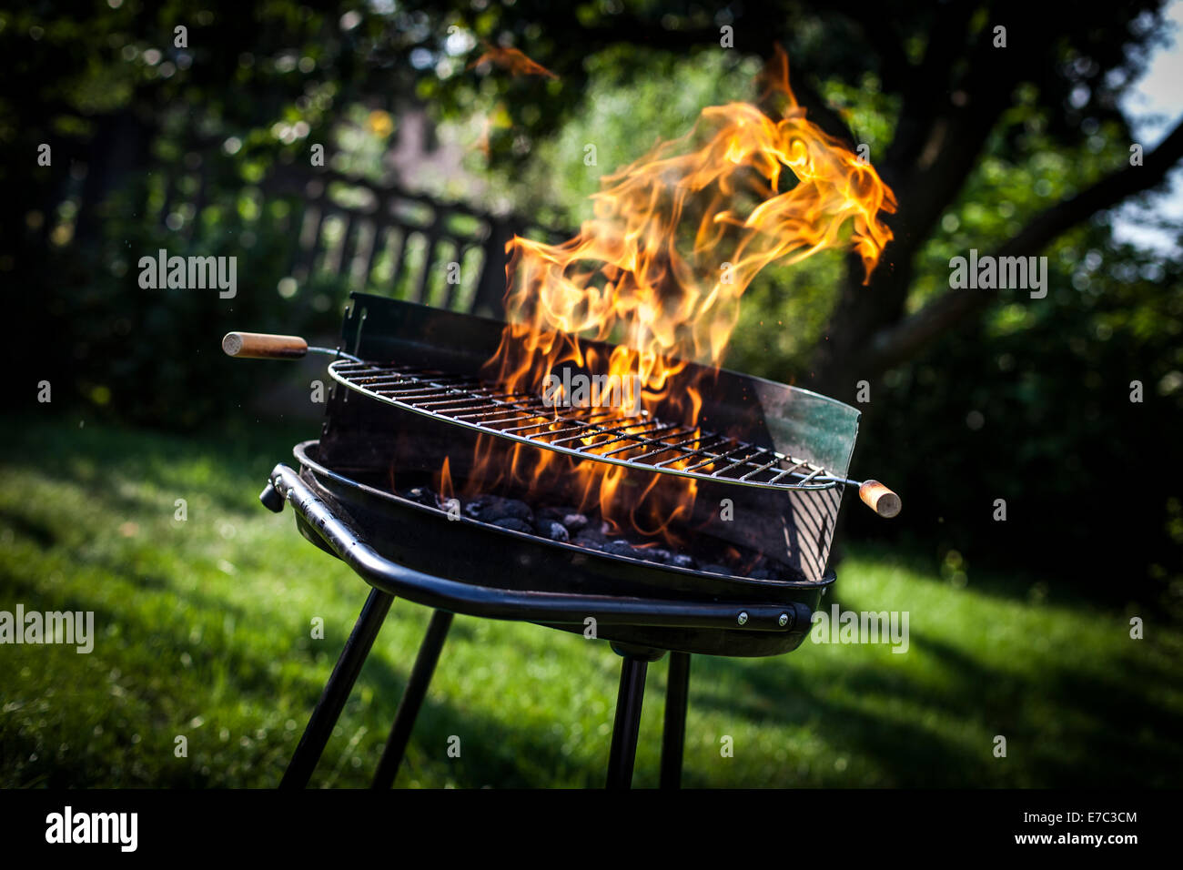 Super flammes sur le grill Photo Stock