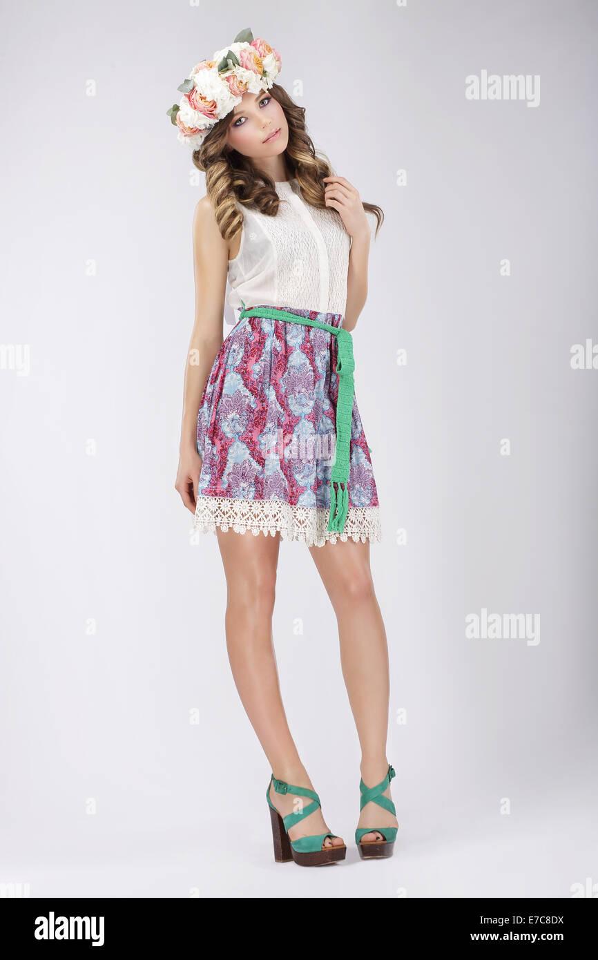 Jeune femme en chemisier et jupe de dentelle avec des fleurs Photo Stock
