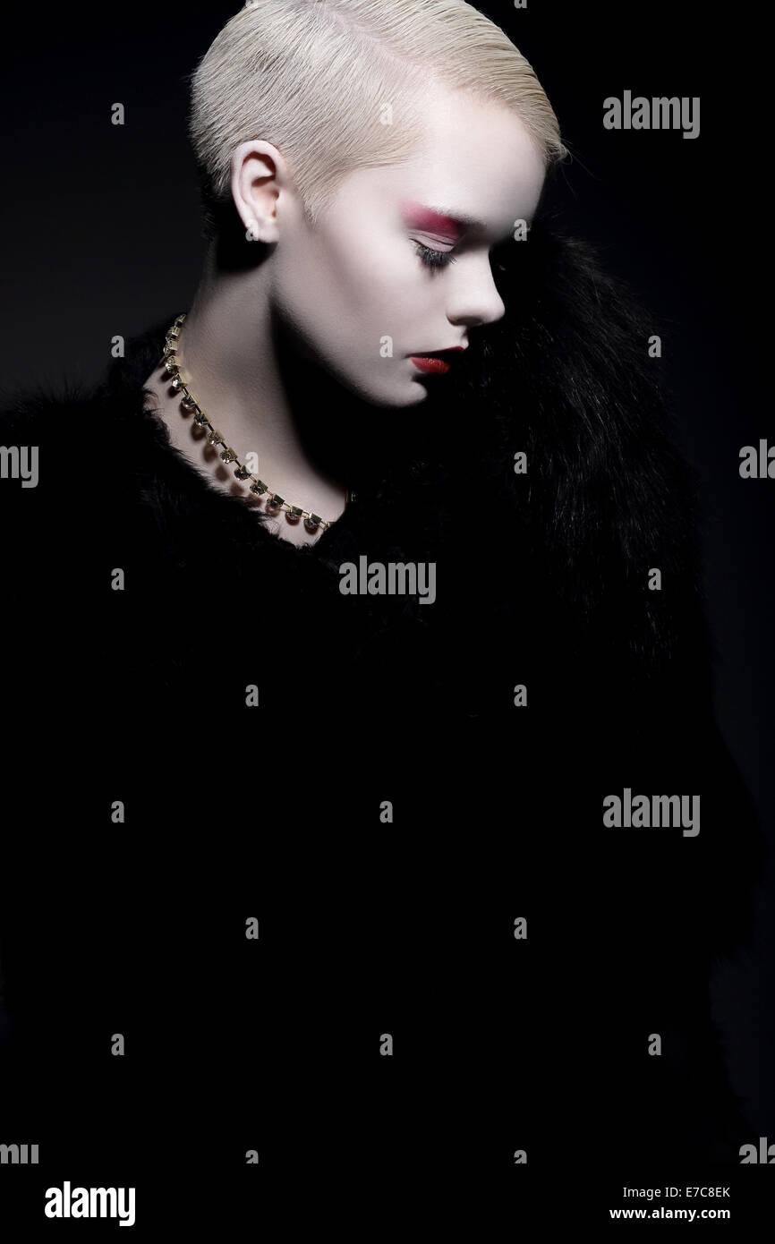 L'élégance. Femme à la mode aristocratique en manteau de fourrure avec Bob hairstyle Photo Stock
