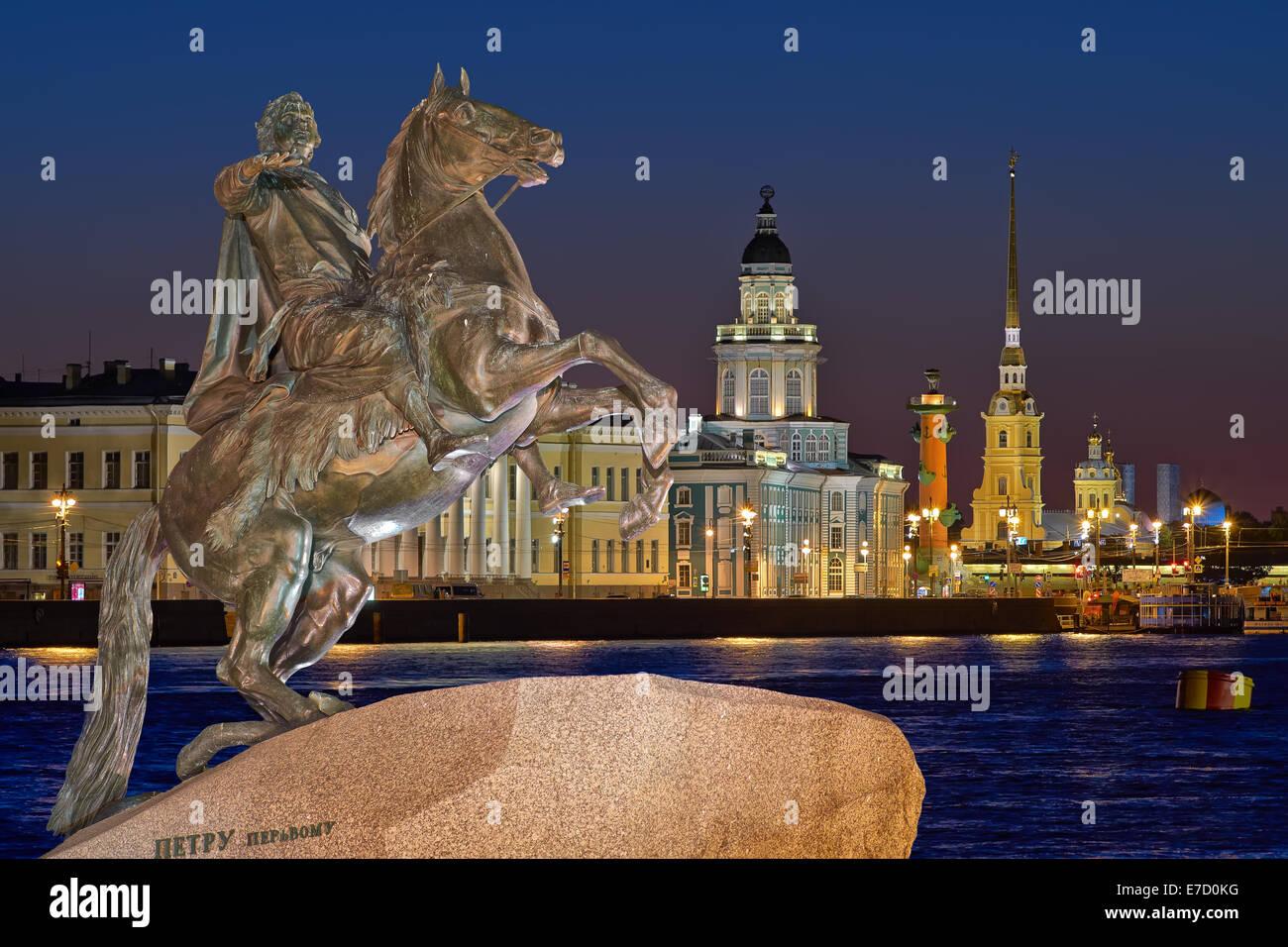Vue de nuit sur le centre ST.PETERSBURG, et le monument Pierre 1 Photo Stock