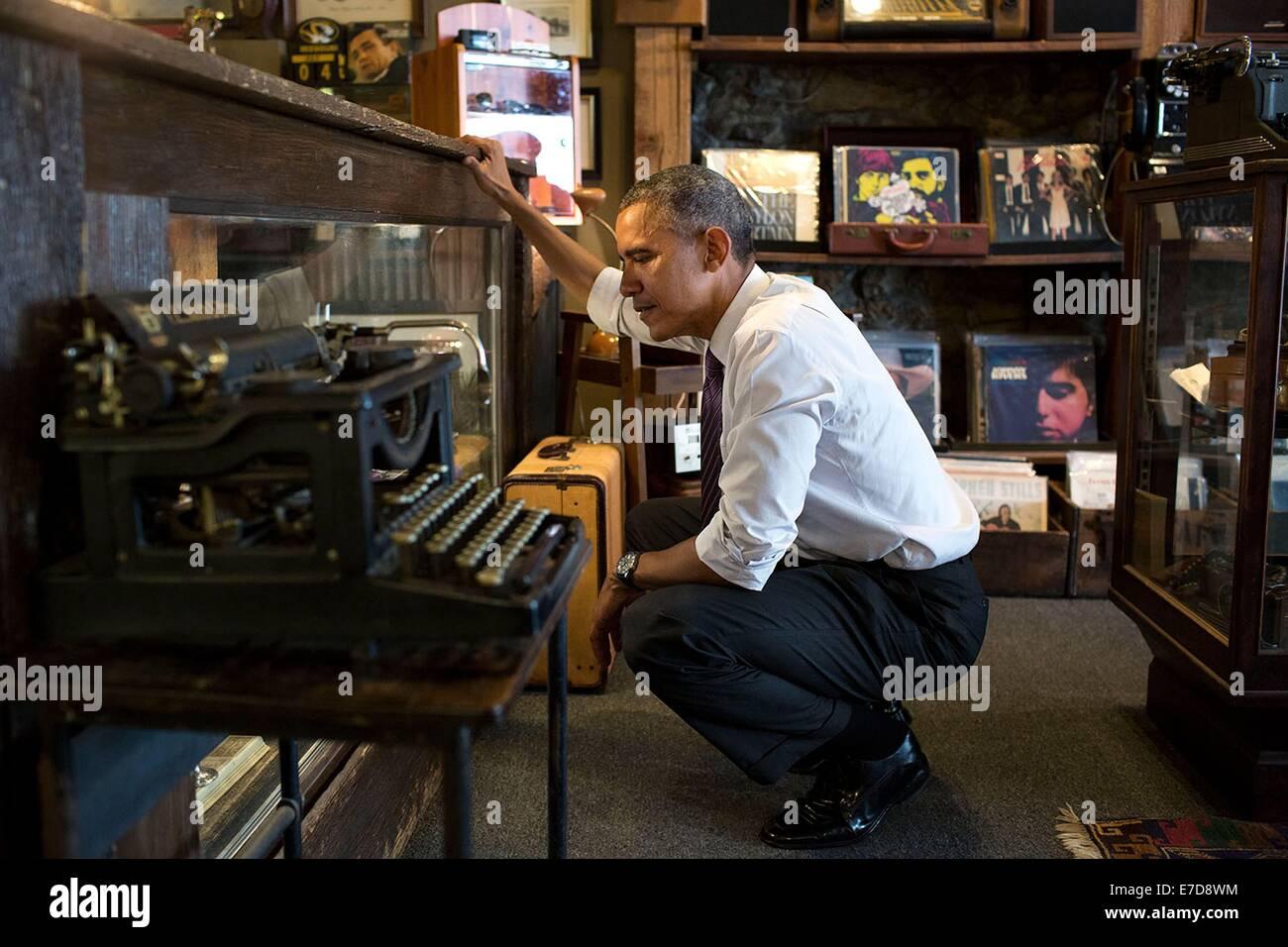 Le président américain Barack Obama a l'air par rapport aux marchandises dans une vitrine à refroidir Photo Stock