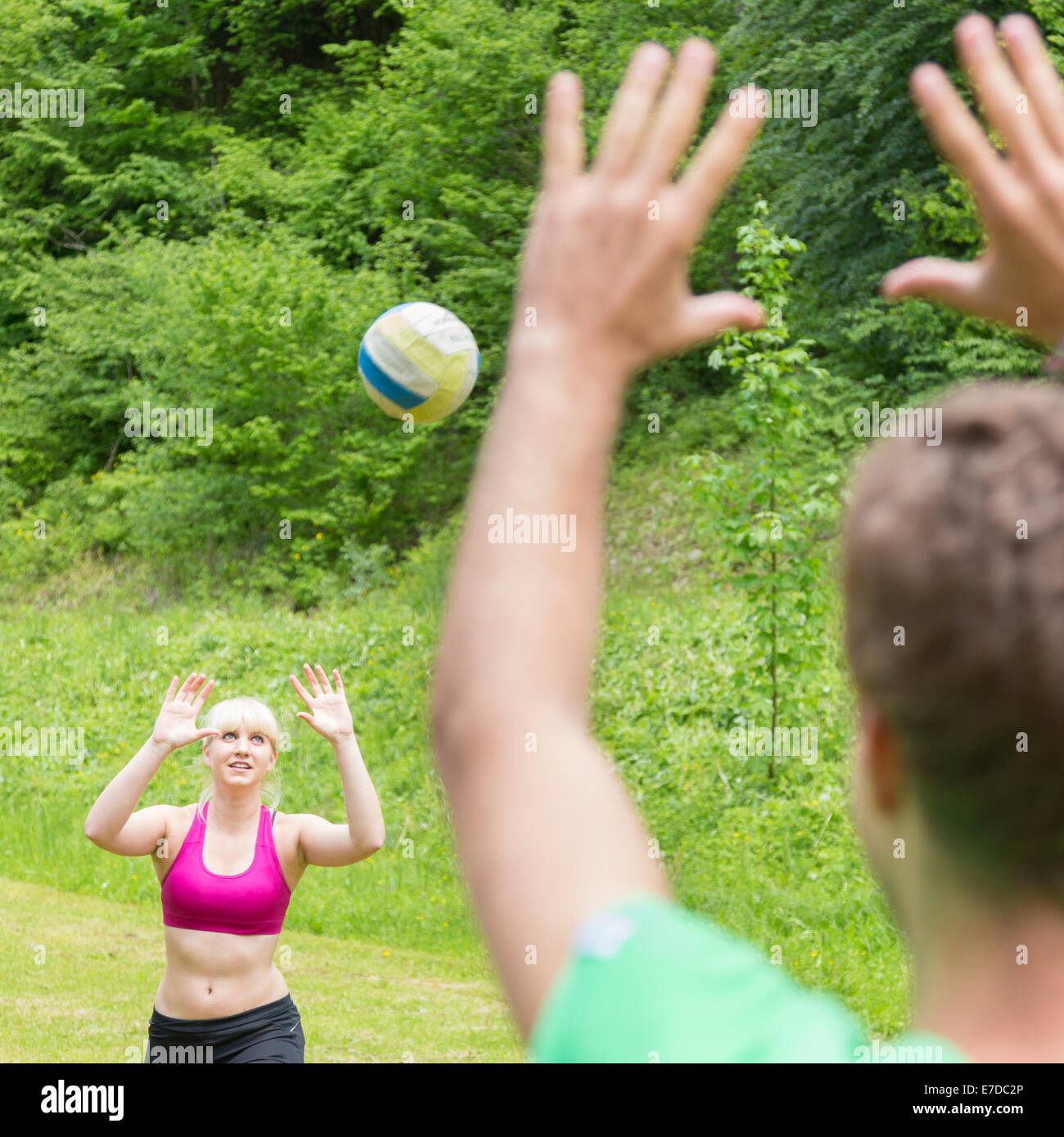 Jeune couple jouer au volley-ball dans le parc. Photo Stock