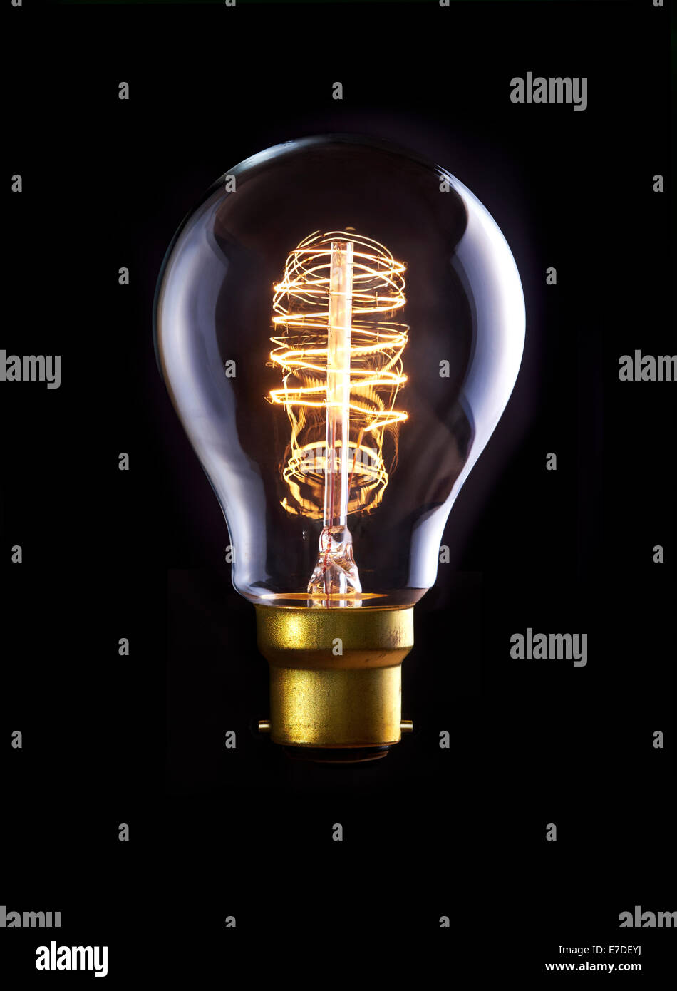 Une ampoule d'Edison classique avec une boucle filament. Sous tension. Photo Stock