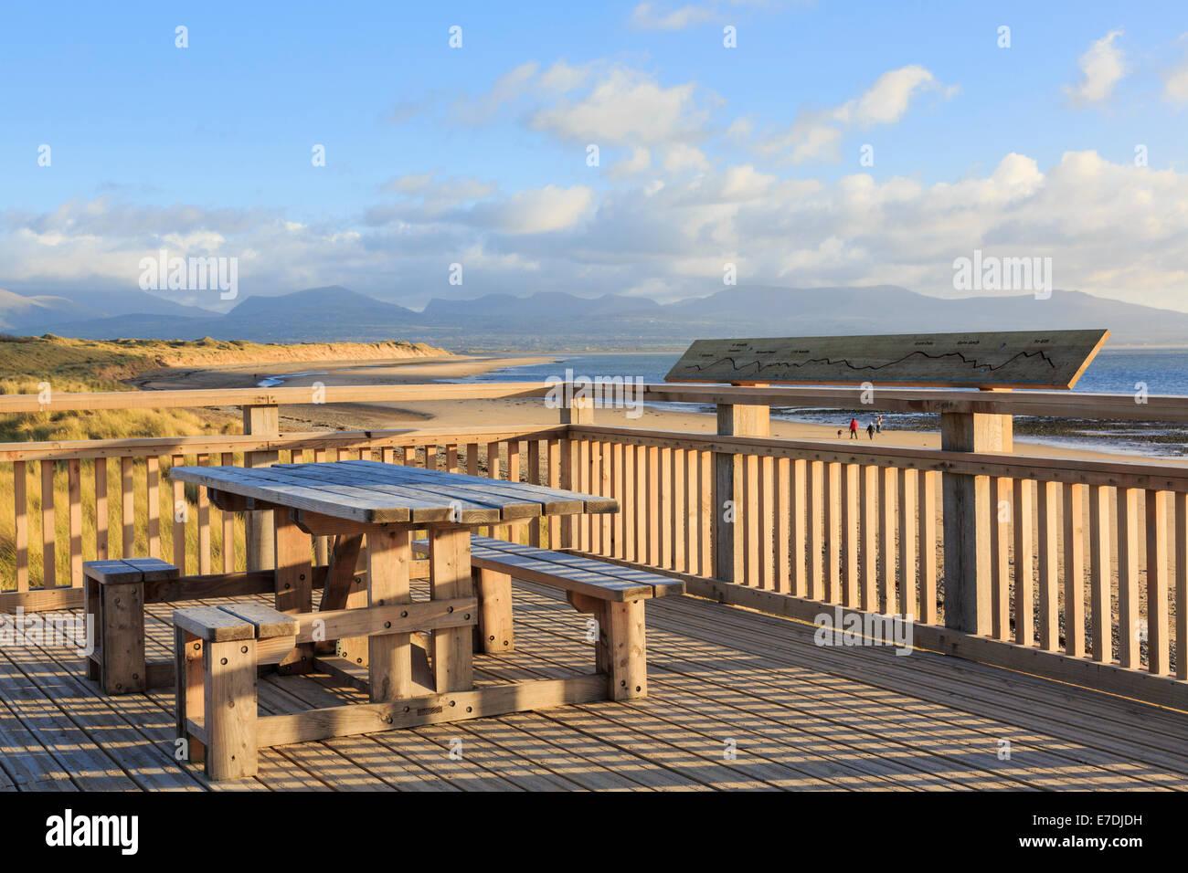 terrasse en bois et de tables de pique nique au dessus de plage avec vue sur les montagnes avant. Black Bedroom Furniture Sets. Home Design Ideas
