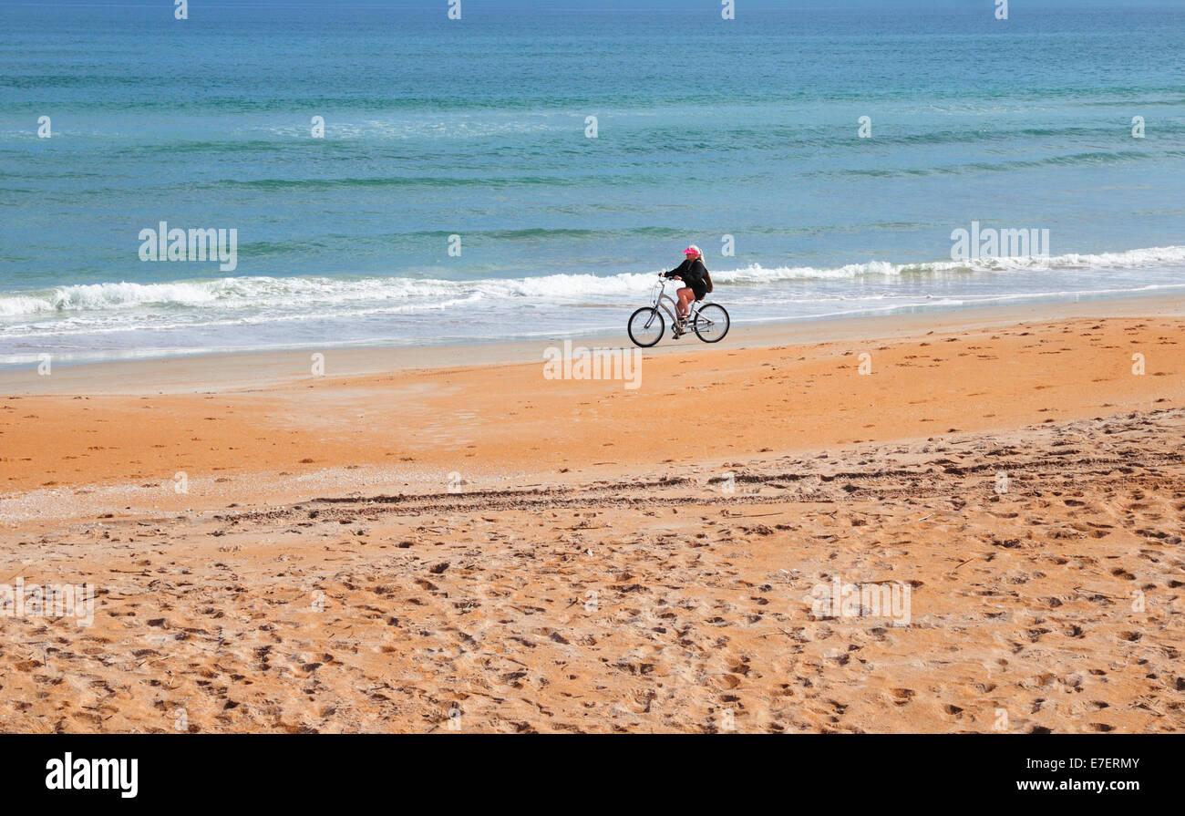 cycliste aime voyager sur le disque sable compacté d'ormond beach