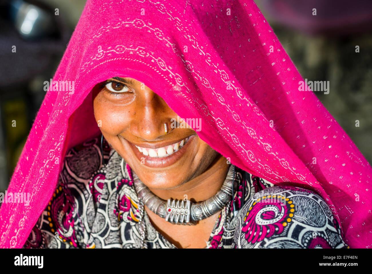 Une jeune femme portant un voile rose, Mumbai, Maharashtra, Inde Photo Stock