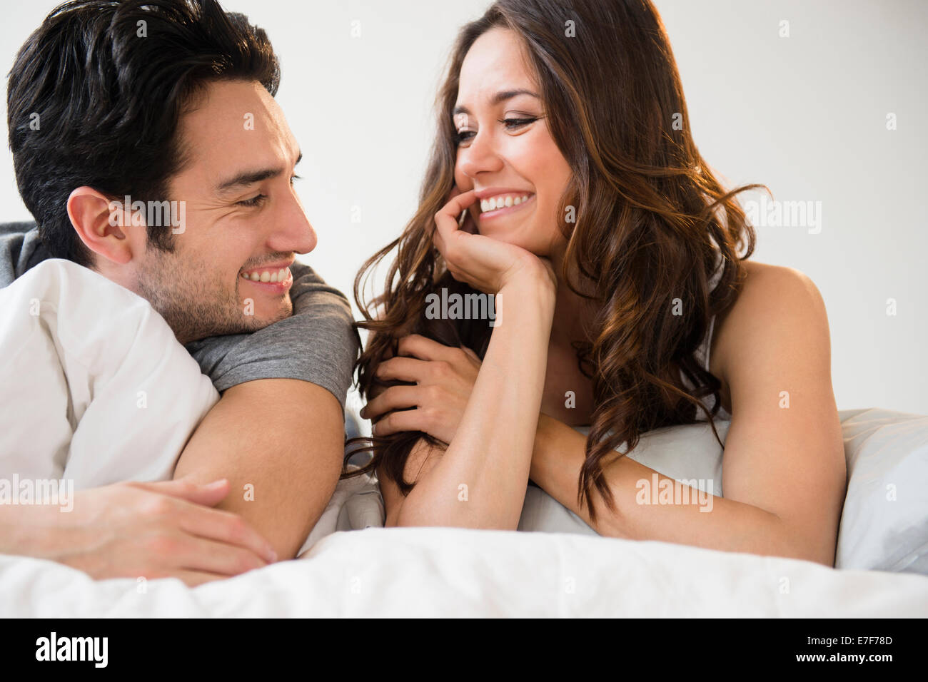 Couple relaxing together in bed Banque D'Images