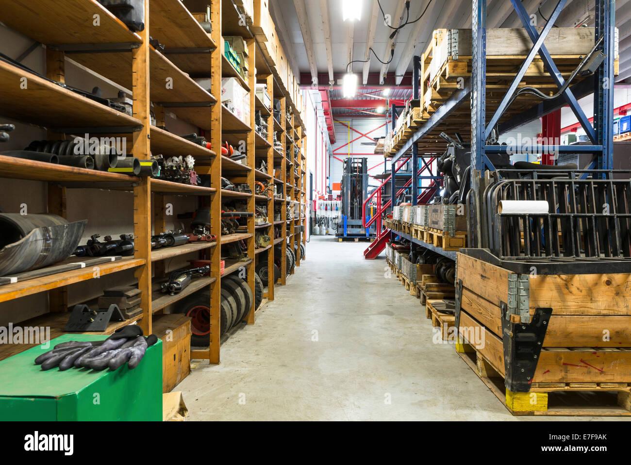 Des étagères, des outils et des allées de l'entrepôt Photo Stock