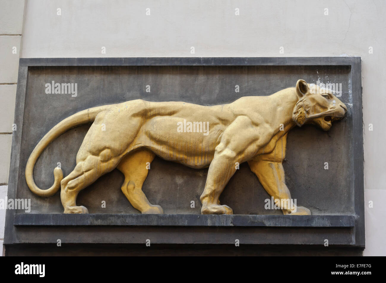 """La fameuse """"Golden Tiger' house signe au-dessus de l'entrée d'un pub, Prague, République Photo Stock"""