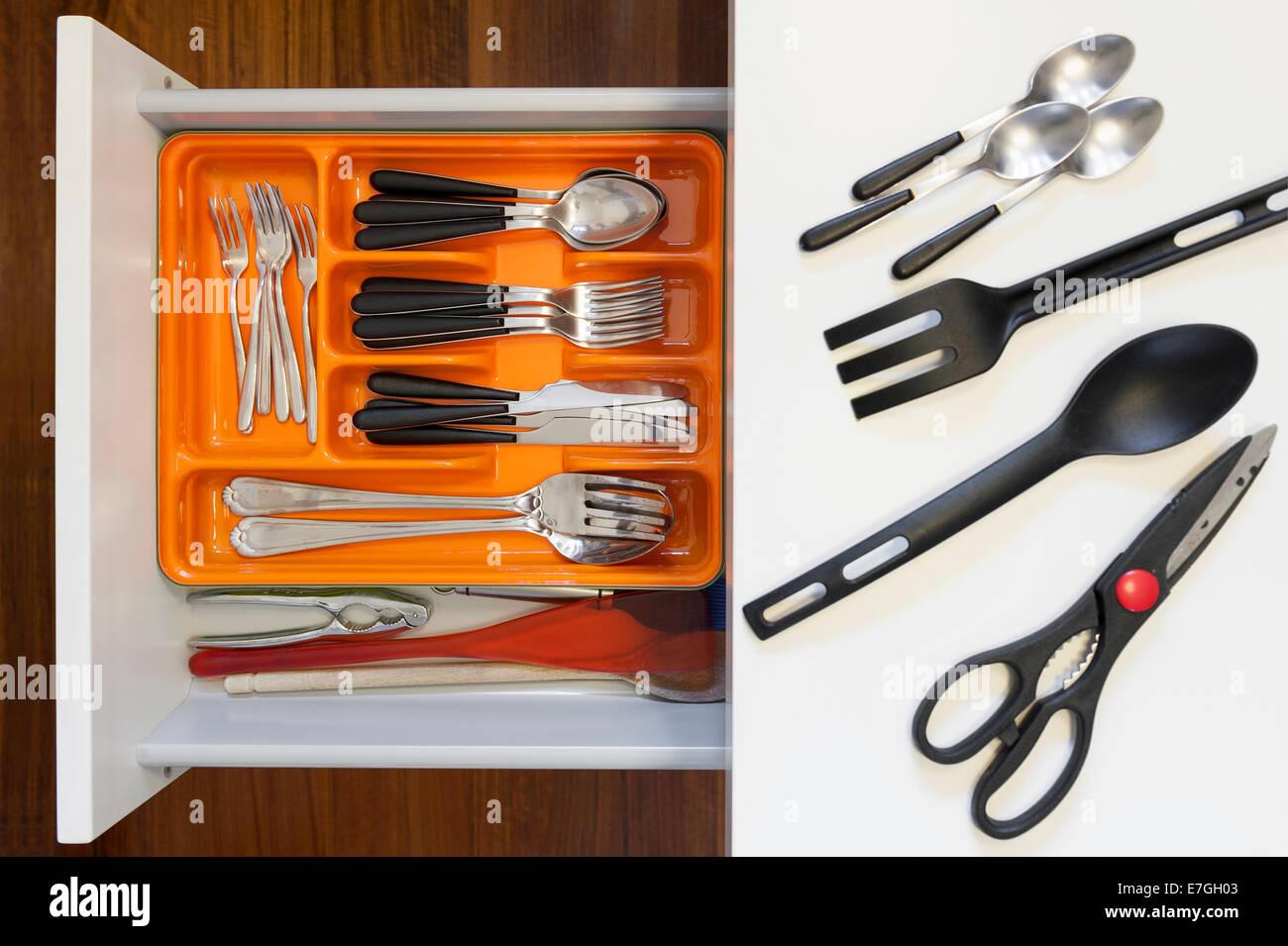 Tiroir de cuisine avec des compartiments pour couverts Photo Stock