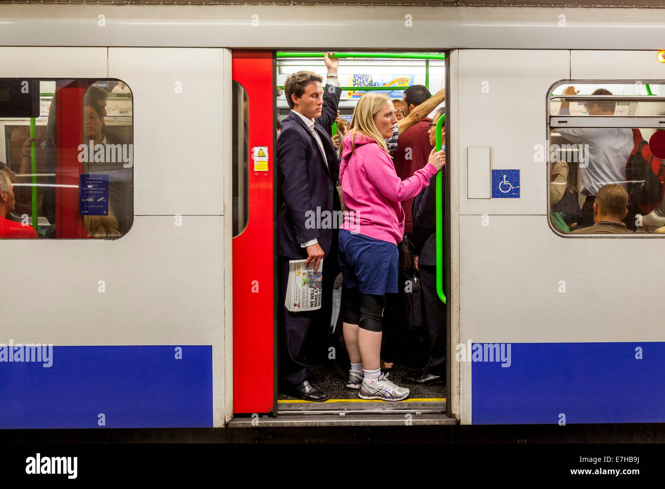 Les voyageurs à bord d'un train du métro de Londres, Westminster, Londres, Angleterre Photo Stock