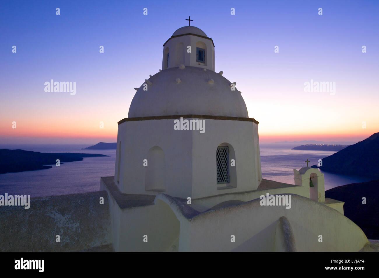 L'église Agios Minas au coucher du soleil, Thira, Santorin, Cyclades, Grèce Photo Stock