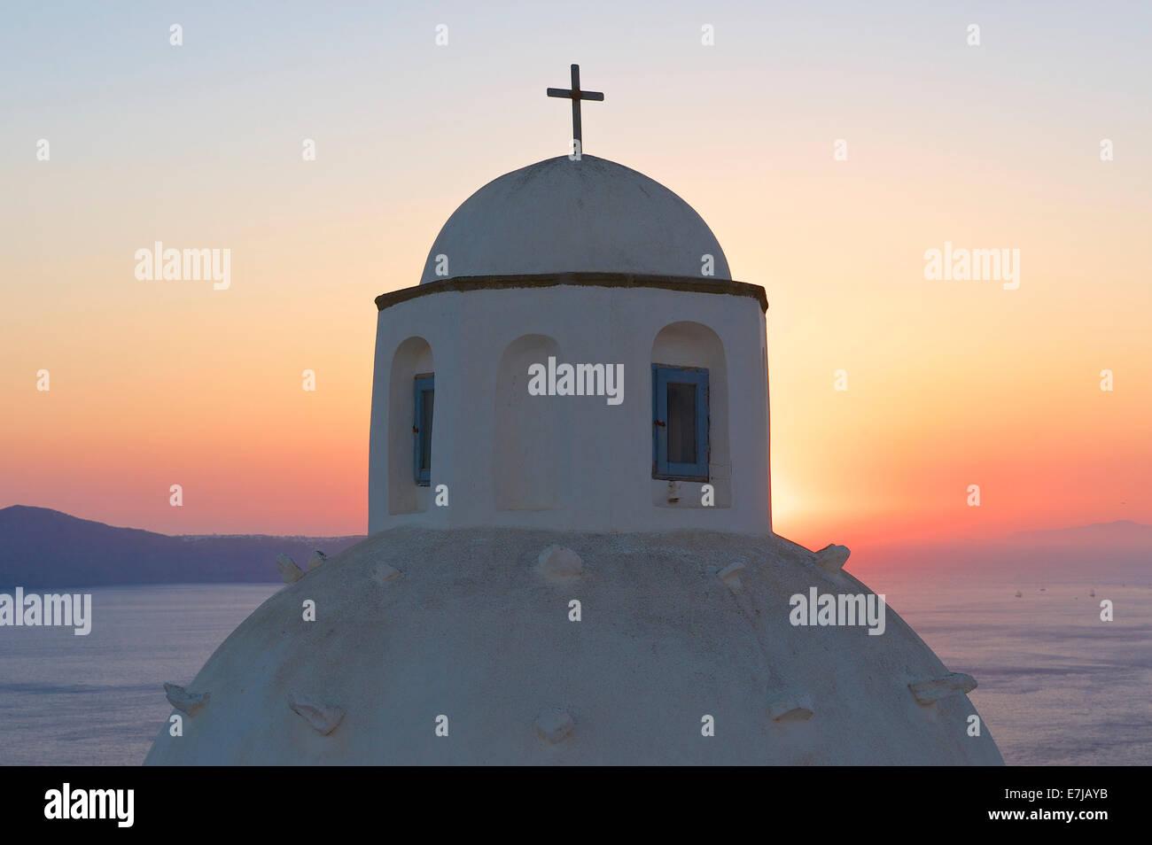 Dôme de l'église au coucher du soleil, Thira, Santorin, Cyclades, Grèce Photo Stock