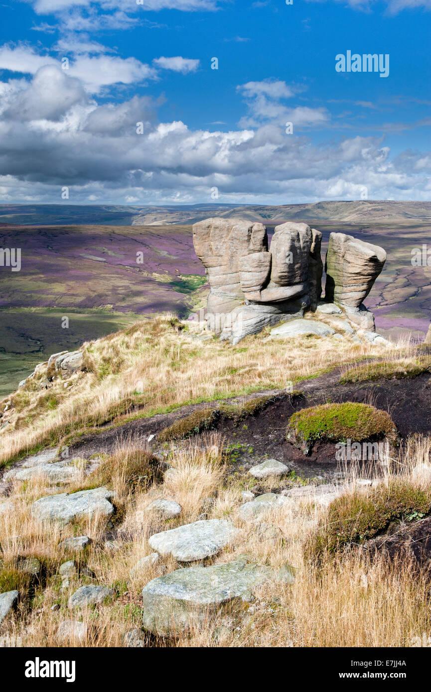 Le Gant de boxe noir pierres donnant sur Ashop Moor, Kinder Scout, parc national de Peak District, Derbyshire, Angleterre Photo Stock