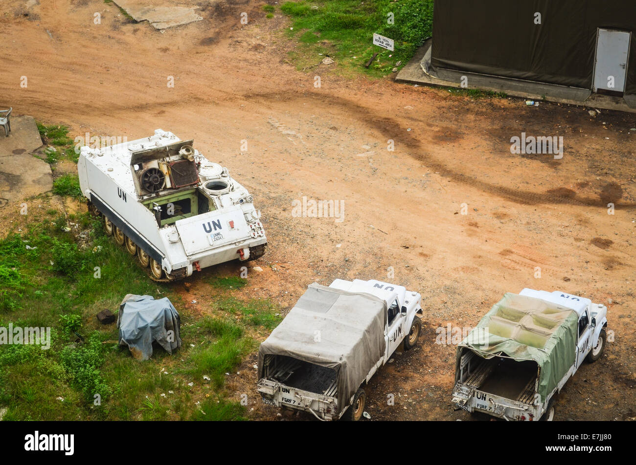 Véhicules et d'un hangar un camp à Monrovia, Libéria, vu du haut des ruines de l'Hôtel Photo Stock