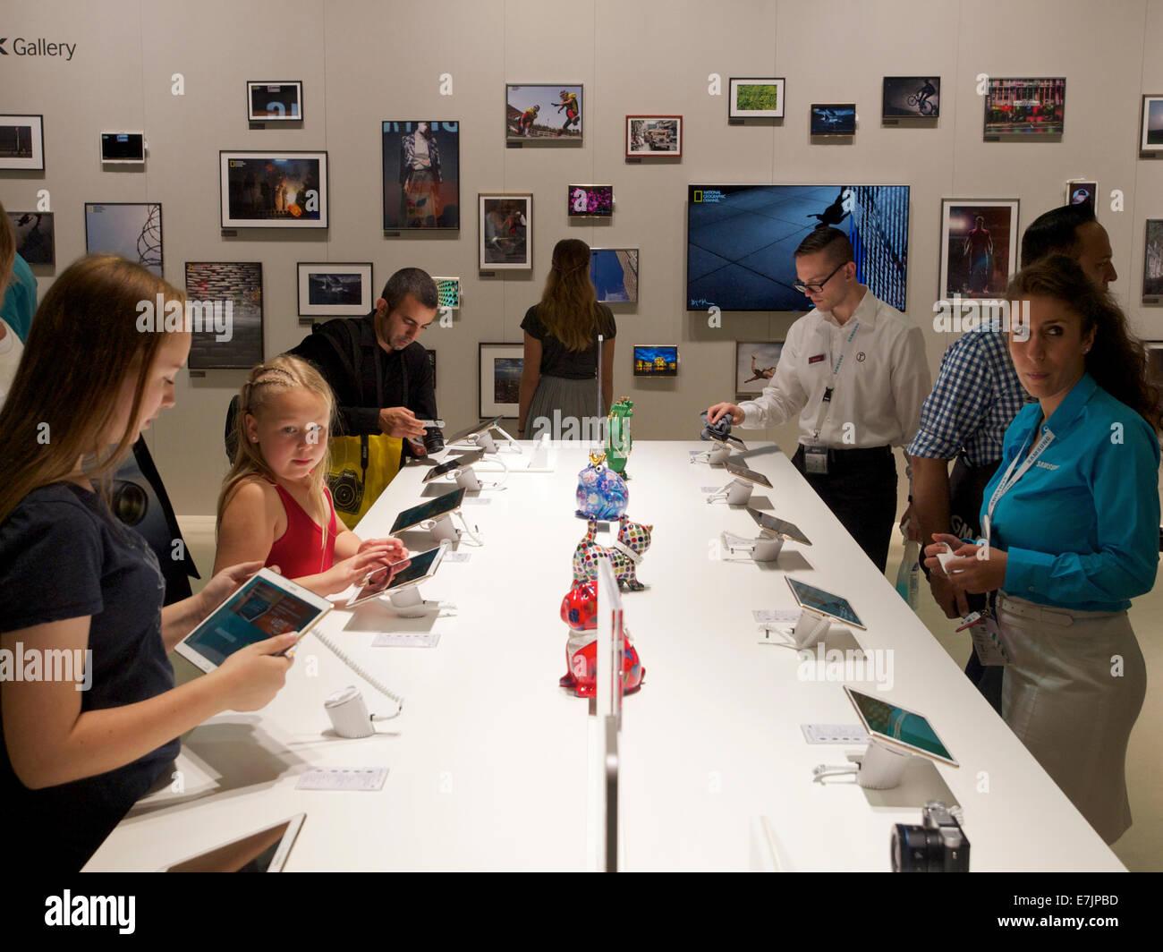 Les gens essayer les derniers Samsung Galaxy comprimés à la Photokina 2014 trade show à Cologne, Allemagne Banque D'Images