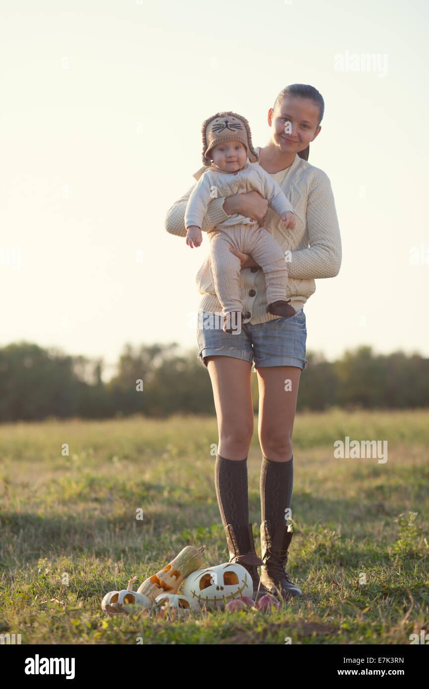 Portrait de style automne mothet et bébé Photo Stock