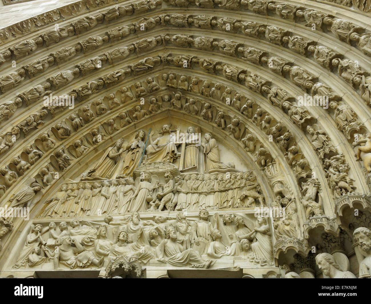 Arch décorative au-dessus de l'une des portes avant de la cathédrale Notre-Dame, Paris. Banque D'Images