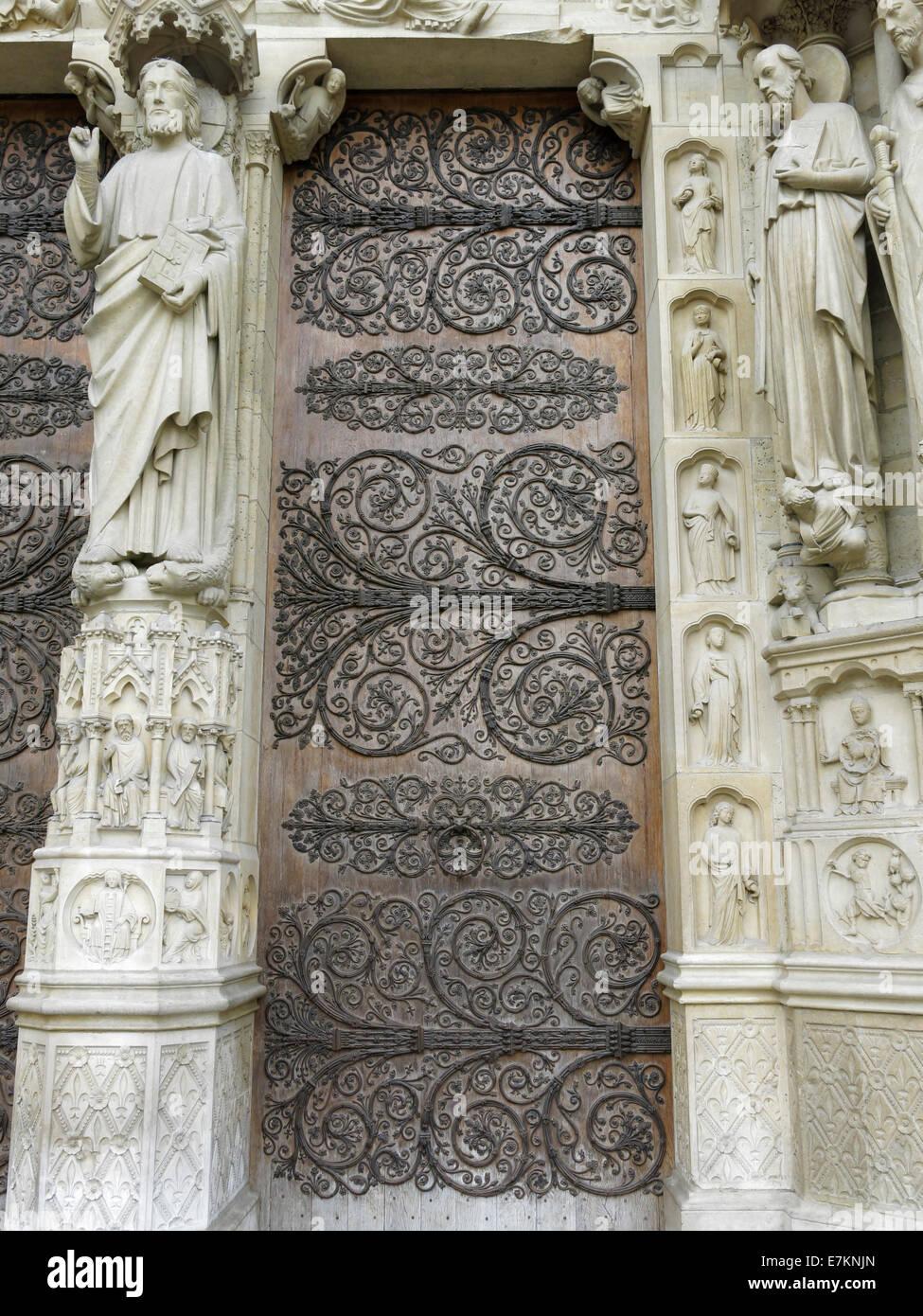 Une porte d'entrée de la cathédrale Notre-Dame de Paris. Banque D'Images