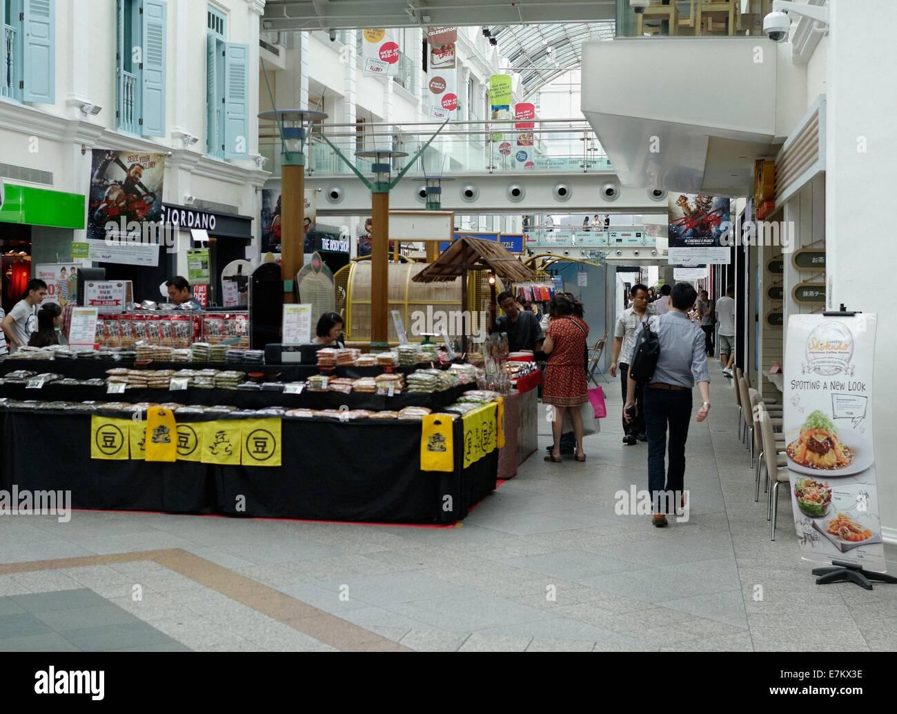 Shopping dans le centre commercial de Bugis Junction, Singapour Banque D'Images