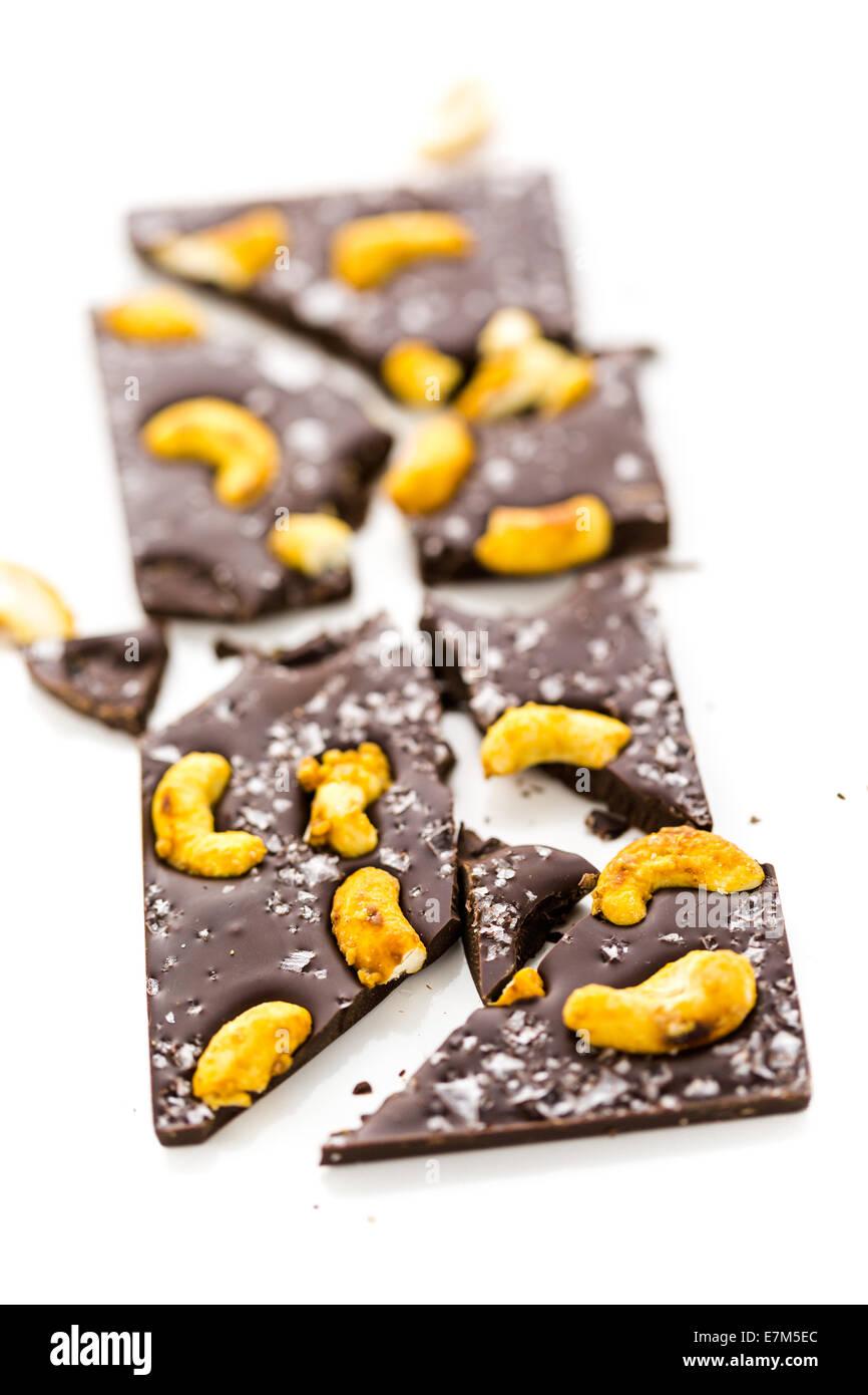 Cajou cosmique gastronomique barre de chocolat sur un fond blanc. Photo Stock