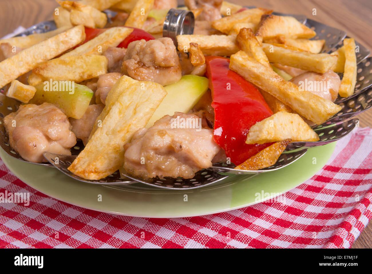 Le poulet sautés au beurre avec des pommes de terre, courgettes et poivrons Photo Stock