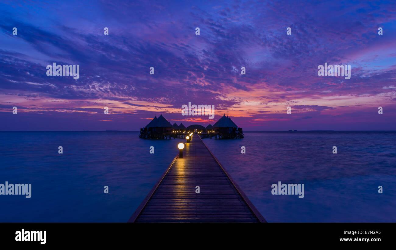 Superbe coucher de soleil sur l'océan. Panorama de l'île tropicale. Maldives Photo Stock