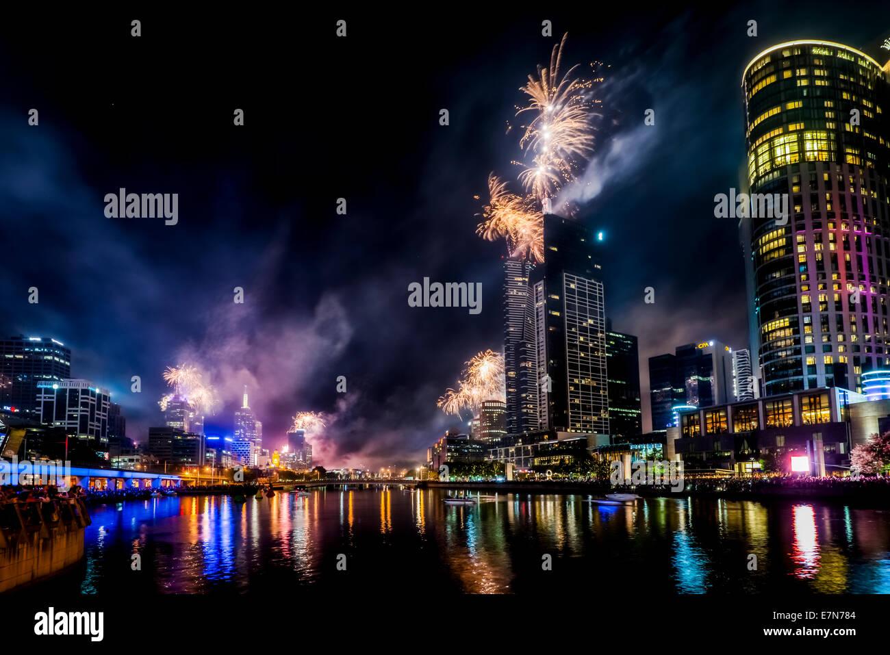 D'artifice spectaculaires le long de la rivière Yarra illuminent le ciel plus de Melbourne en Australie. Photo Stock